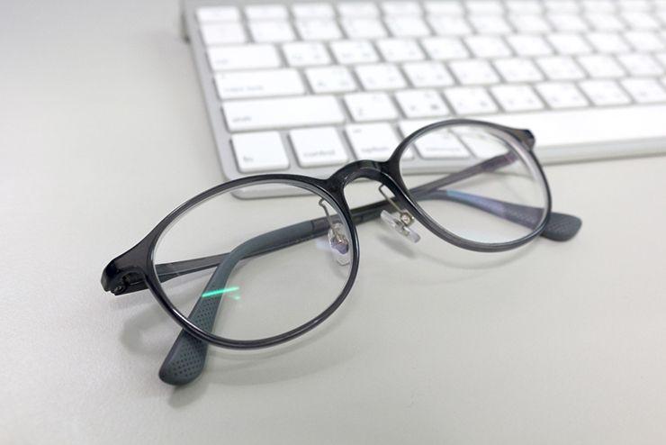 パソコンのキーボードとメガネ