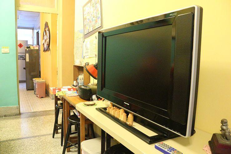花蓮のLGBTフレンドリーゲストハウス「桂憩 Sweet Olive」リビングのテレビ