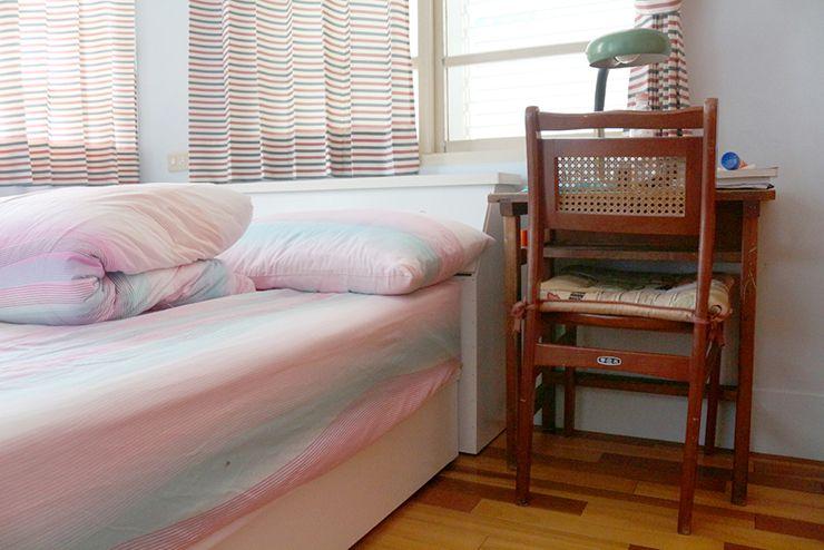 花蓮のLGBTフレンドリーゲストハウス「桂憩 Sweet Olive」ダブルルームのテーブル