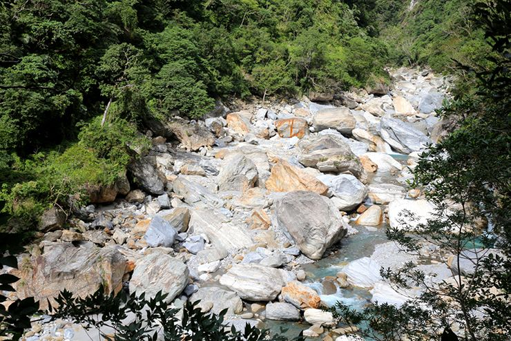 花蓮・太魯閣國家公園(タロコ)「砂卡礑步道」から眺める巨大な岩群