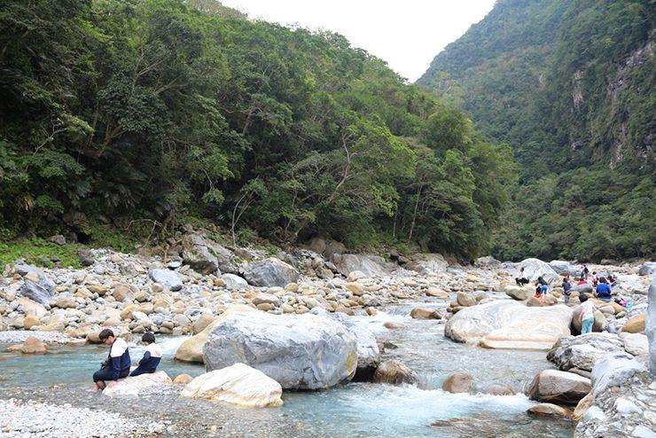 花蓮・太魯閣國家公園(タロコ)「砂卡礑步道」で川遊びを楽しむ観光客