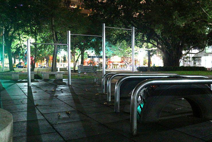 夜の公園に佇む鉄棒