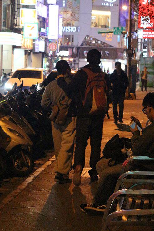 台北・西門町「西門紅樓」で肩を組んで歩くゲイカップル