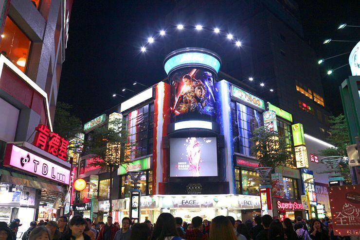 台北・西門町の歩行者天国中心部