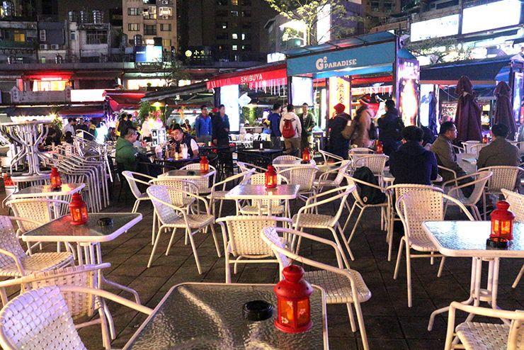 台北・西門町「西門紅樓」のオープンカフェに並ぶテーブル