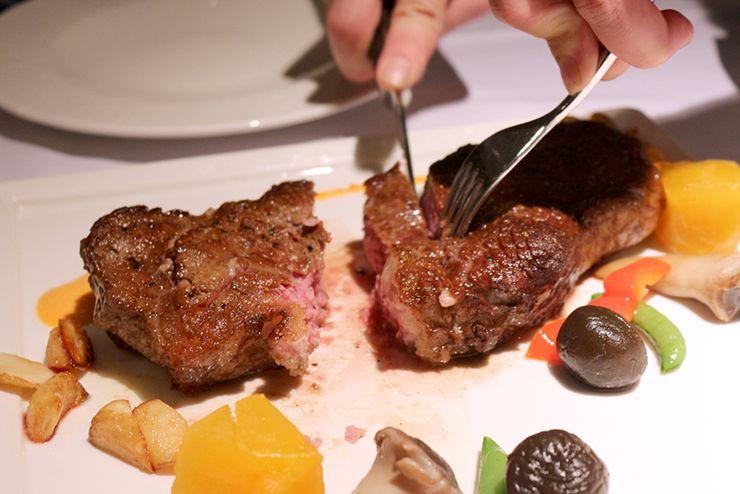 台湾の高級ステーキチェーン「王品 Wang Steak」マンハッタンステーキのカット