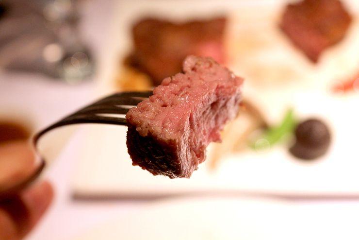 台湾の高級ステーキチェーン「王品 Wang Steak」マンハッタンステーキのカット断面