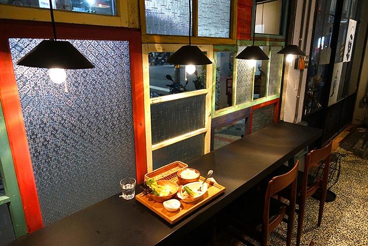 高雄・鹽埕埔の古民家カフェ「好嗜一餇」のカウンター席