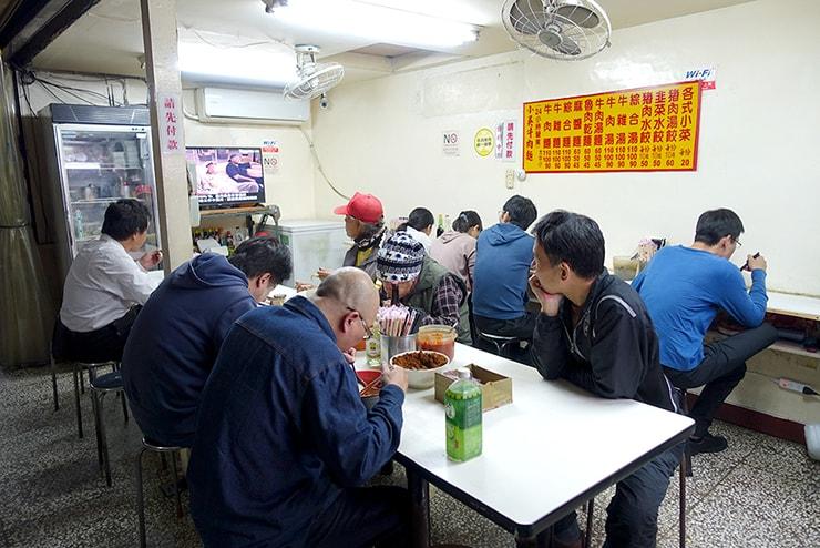 台北・西門町のおすすめグルメ「小吳牛肉麵」の店内