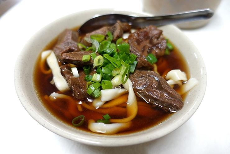 台北・西門町のおすすめグルメ「小吳牛肉麵」の牛肉麵