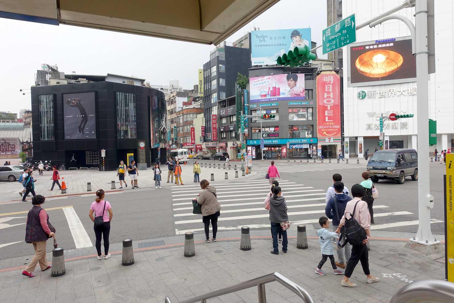 台北MRT(地下鉄)西門駅1番出口前の交差点「成都漢中路口」