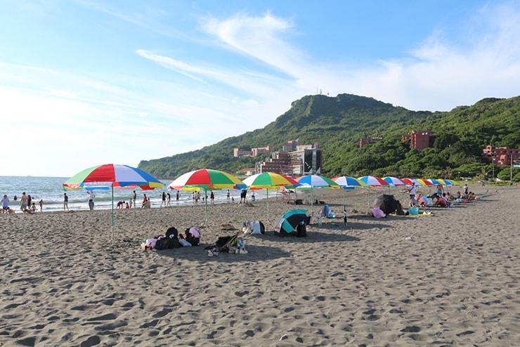 高雄・西子灣「中山大學」のパラソルが並ぶビーチ