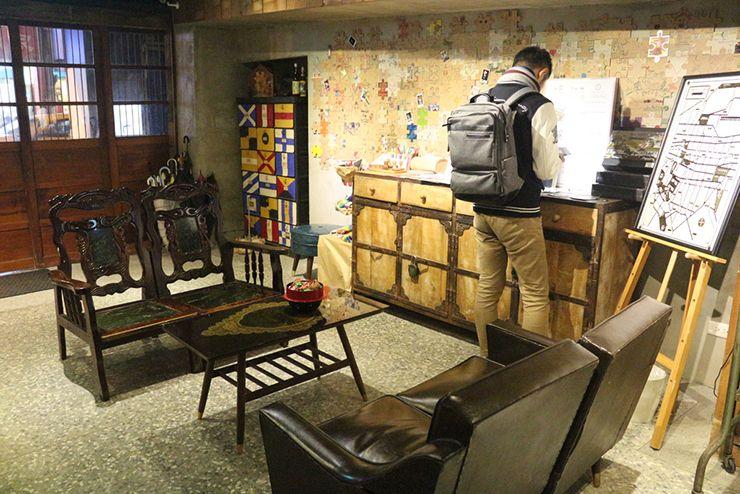 台北・西門町のLGBTフレンドリーホテル「町・記憶旅店 Cho Hotel」ロビーのソファ