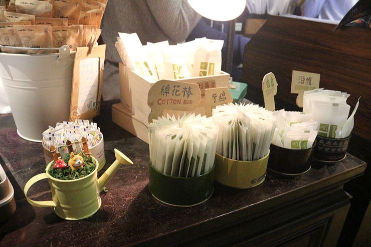 台北・西門町のLGBTフレンドリーホテル「町・記憶旅店 Cho Hotel」のロビーでもらえるアメニティ類