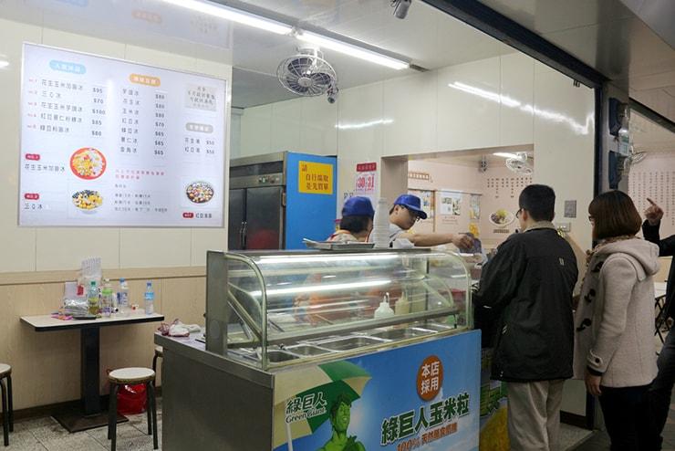 台北・西門町のおすすめグルメ「楊記花生玉米冰」のカウンター
