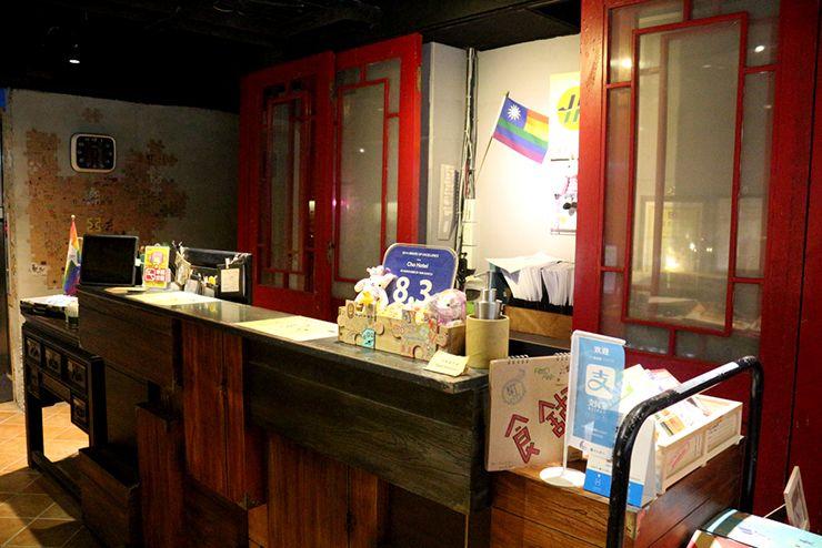 台北・西門町のLGBTフレンドリーホテル「町・記憶旅店 Cho Hotel」のレインボーフラッグが飾られたフロント