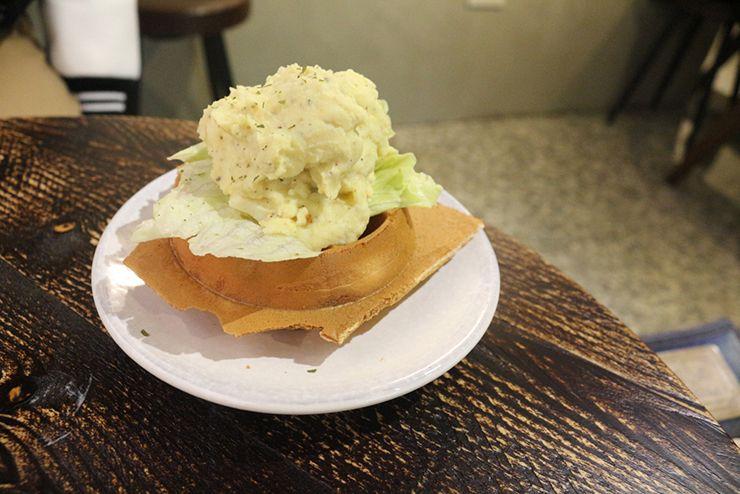 台北・西門町のLGBTフレンドリーホテル「町・記憶旅店 Cho Hotel」朝ごはんのポテトチーズワッフル
