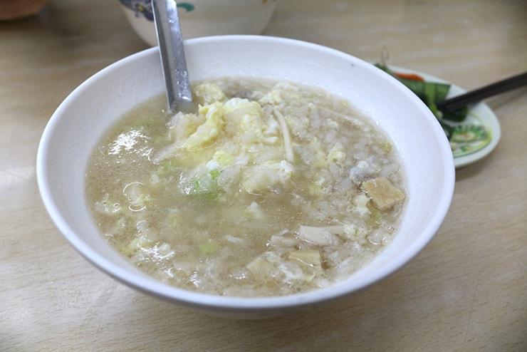台北・西門町のおすすめグルメ「國賓鹹粥」の鹹粥加蛋