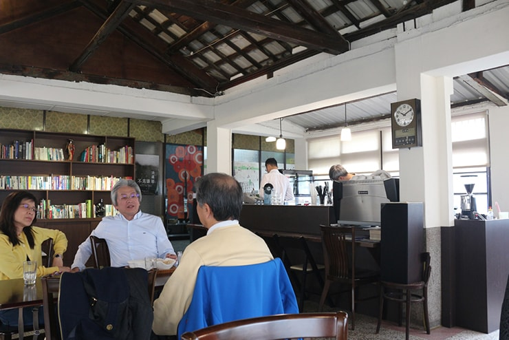 高雄・西子灣(哈瑪星)の古民家カフェ「書店喫茶 一二三亭」の店内