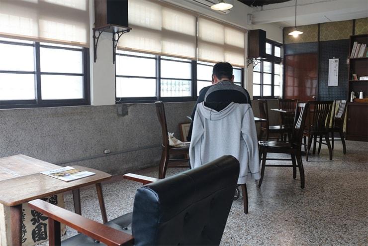 高雄・西子灣(哈瑪星)の古民家カフェ「書店喫茶 一二三亭」のテーブル席