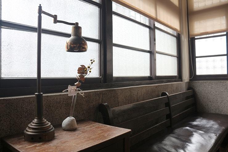 高雄・西子灣(哈瑪星)の古民家カフェ「書店喫茶 一二三亭」のソファ