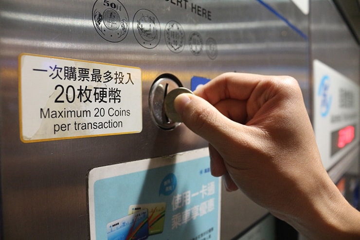 高雄捷運KMRT(地下鉄)の自動券売機にコインを投入