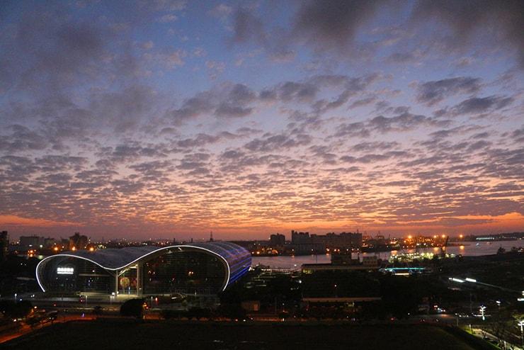 高雄・三多商圈「高雄市立圖書館」の屋上から望む港湾地区