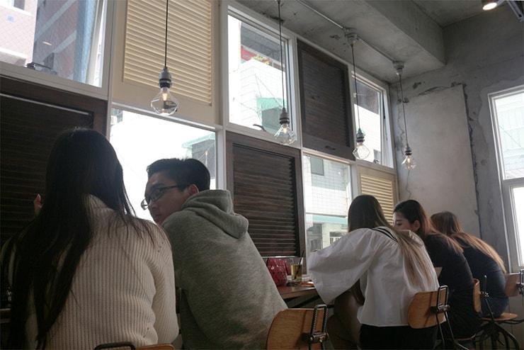 高雄・美麗島の古民家カフェ「喜八咖啡店」のカウンター席