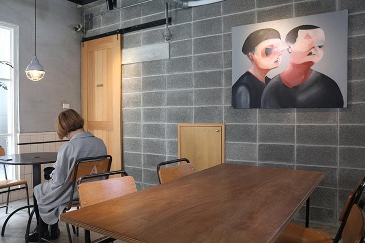 高雄・美麗島の古民家カフェ「喜八咖啡店」のテーブル席