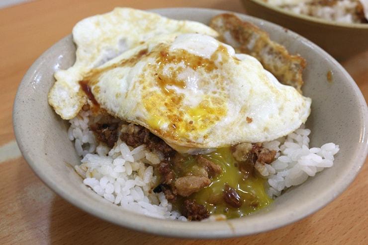 台北・西門町のおすすめグルメ「天天利美食坊」の魯肉飯(ルーロウファン)