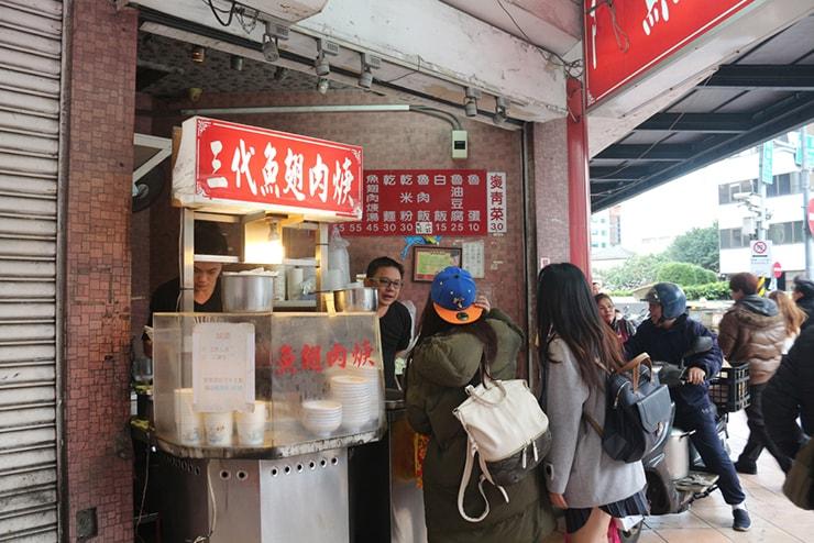 台北・西門町のおすすめグルメ「三代魚翅肉焿魯肉飯」のカウンター