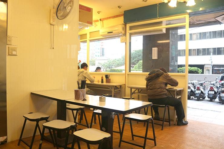 台北・西門町のおすすめグルメ「三代魚翅肉焿魯肉飯」の店内