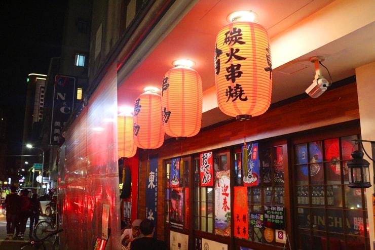 台北のおしゃれタウン・東區の居酒屋に並ぶ赤提灯