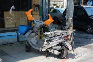 長靴を被る台湾のスクーター
