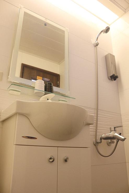 台東・池上のおしゃれゲストハウス「曬穀場 Buda Banai」ダブルルームの浴室