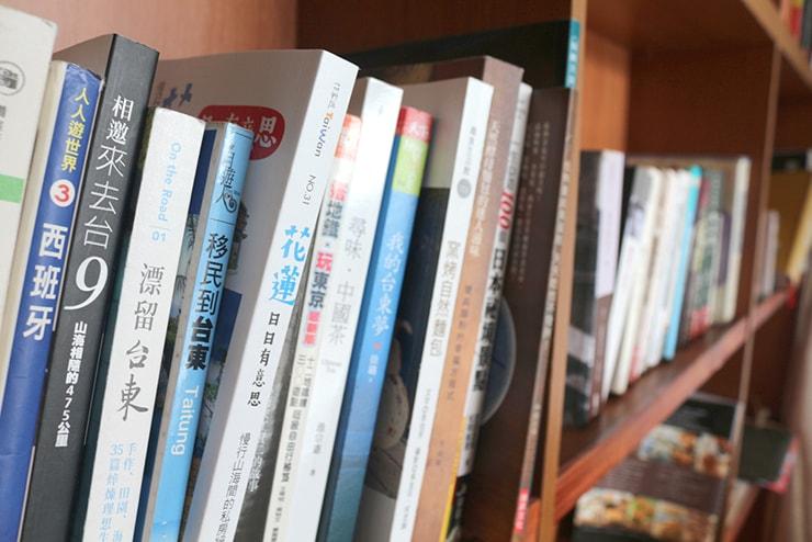 台東・池上のおしゃれゲストハウス「曬穀場 Buda Banai」パブリックスペースの本棚
