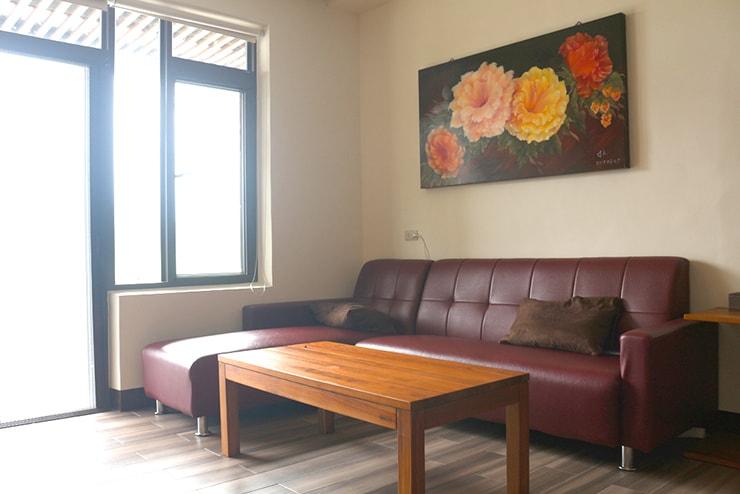 台東・池上のおしゃれゲストハウス「曬穀場 Buda Banai」パブリックスペースのソファ
