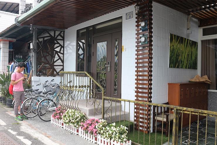 台東・池上のおしゃれゲストハウス「曬穀場 Buda Banai」の玄関