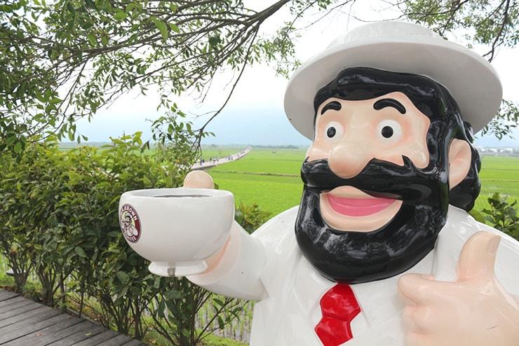 台湾の米どころ台東・池上の人気観光スポット「伯朗大道」に佇む伯朗おじさん