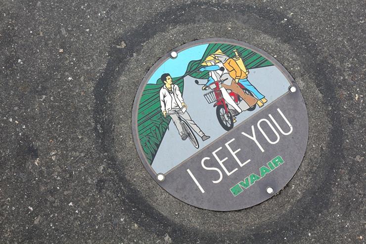 台湾の米どころ台東・池上の人気観光スポット「伯朗大道」に埋め込まれたエバー航空CM撮影記念マンホール