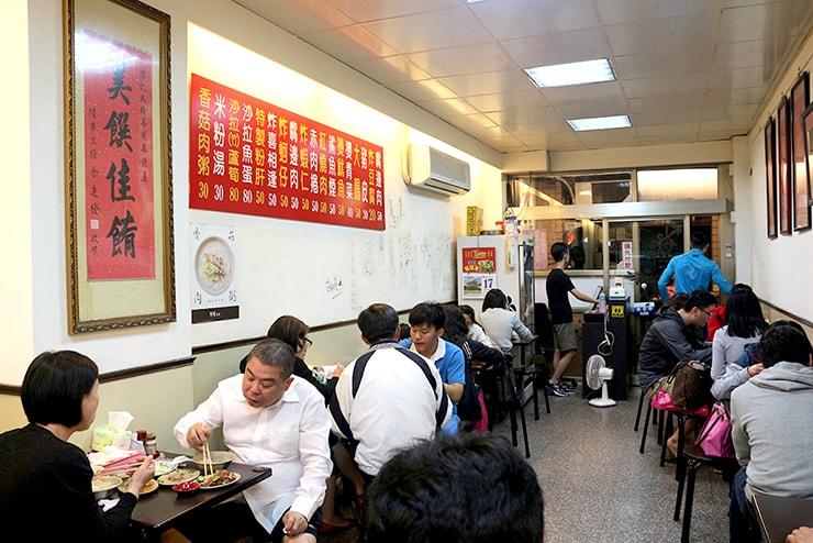 台北・永安市場「阿榮香菇肉粥」の店内