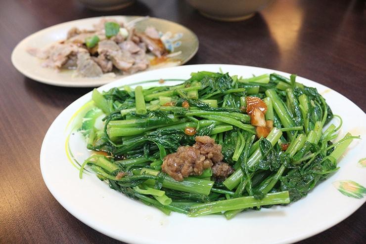 台北・永安市場「阿榮香菇肉粥」の燙青菜