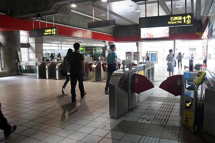 台北MRT(地下鉄)石牌駅の改札