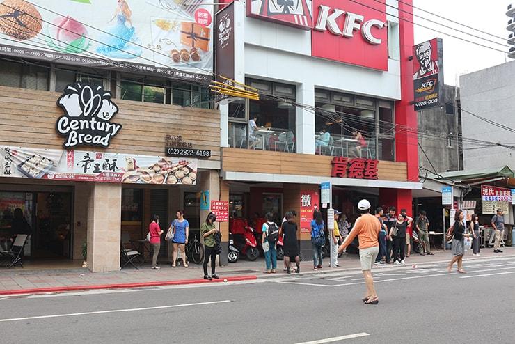 台北MRT(地下鉄)石牌駅前のKFC