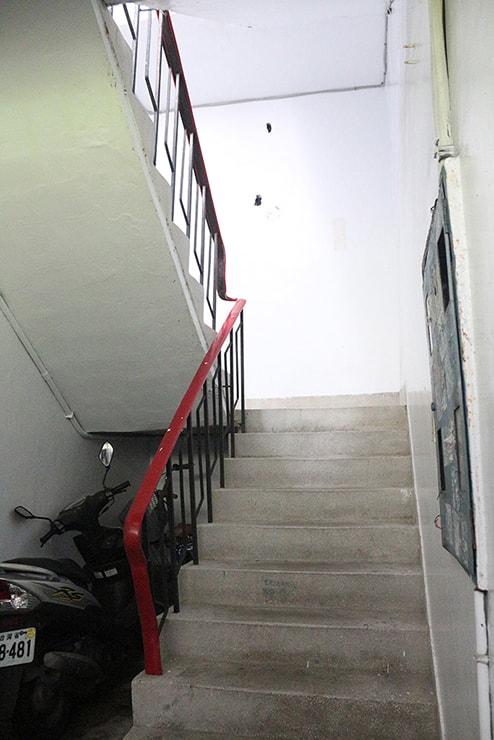 台湾のごく一般的な住宅(マンション)の階段