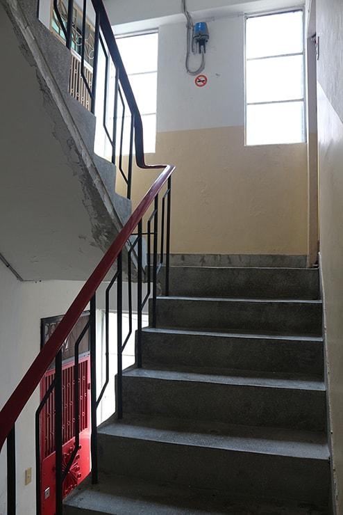 台湾のごく一般的な住宅(マンション)の延々と続く階段
