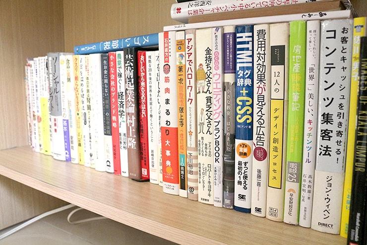 本が収まりきらない本棚
