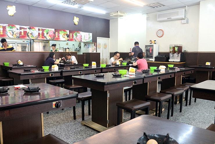 台北・永安市場「青葉小火鍋」の店内