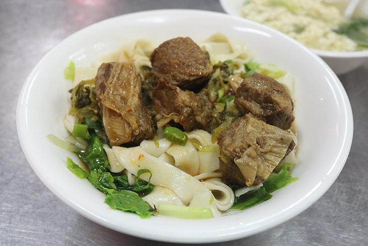 台北・永安市場「阿敏小吃店」の牛肉乾麵
