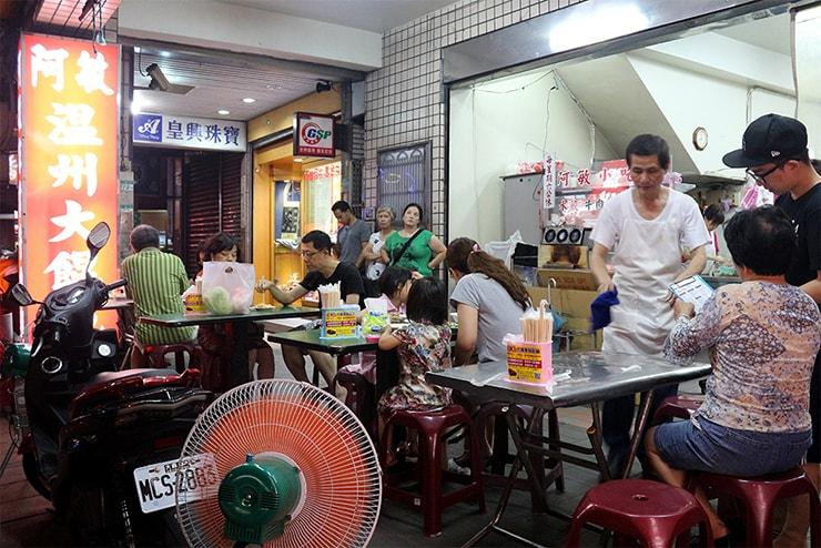 台北・永安市場「阿敏小吃店」の屋外テーブル席
